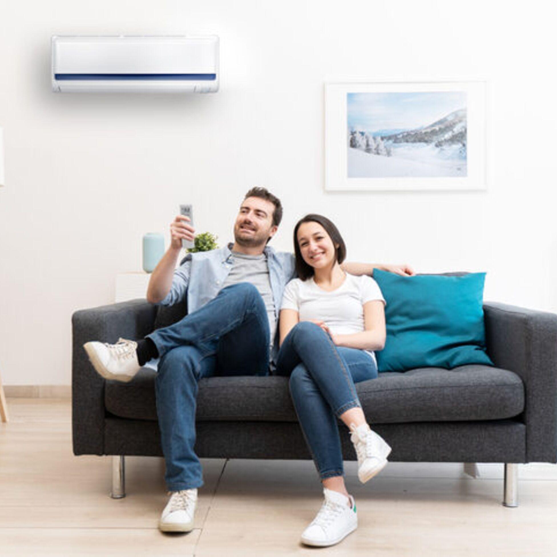 Paar freut sich über die Klimaanlage in seinem Haus