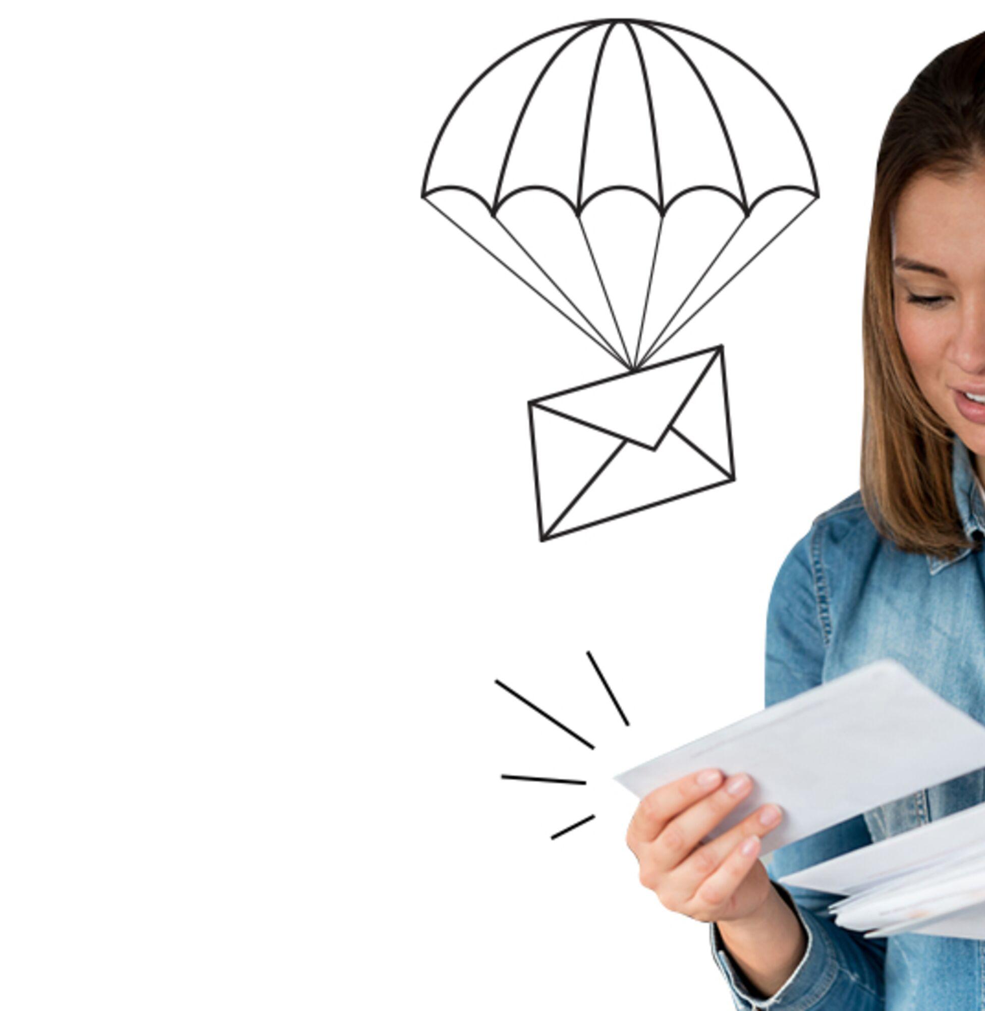 Frau liest ihre Post