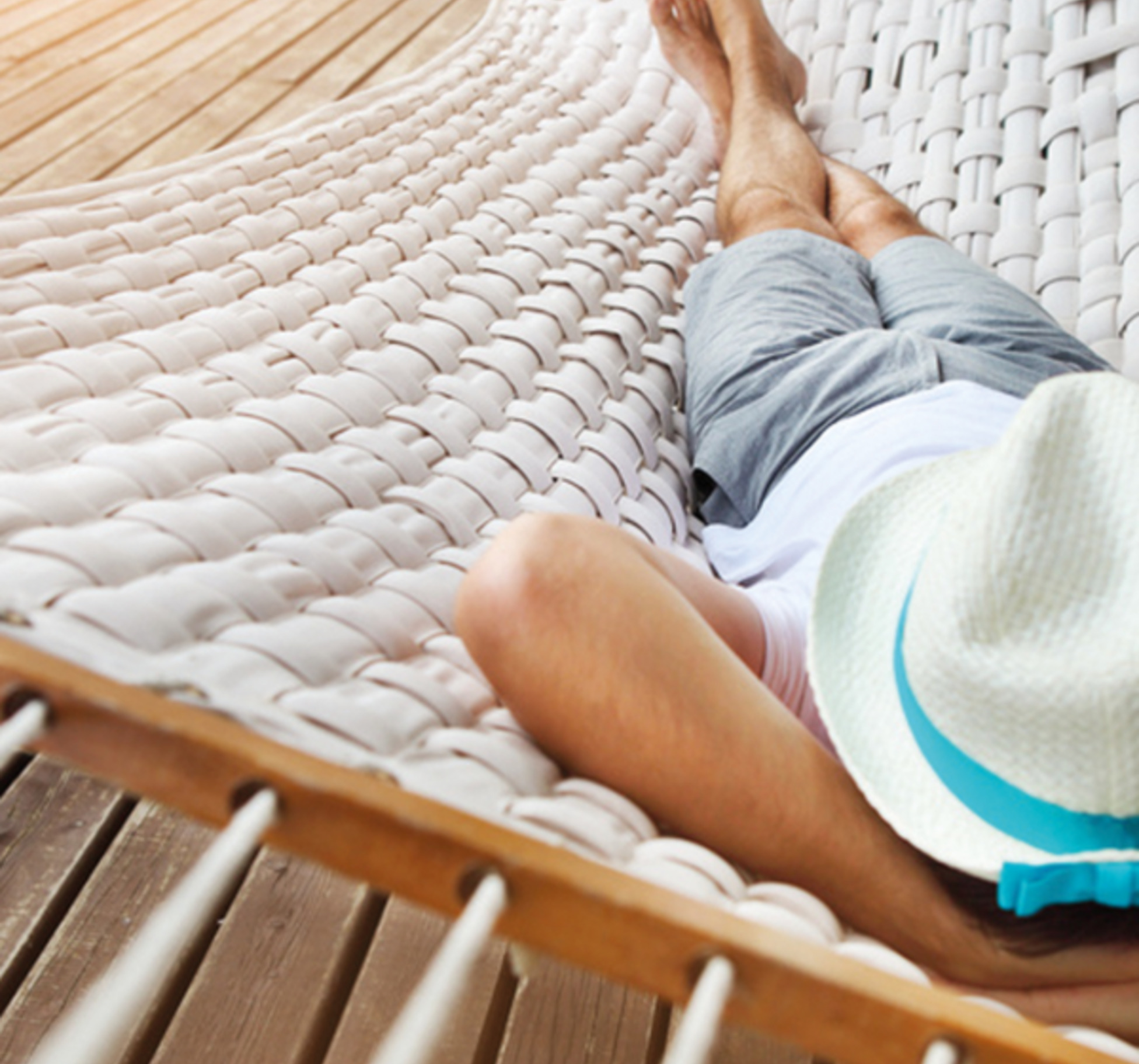 Mann mit Hut in Hängematte