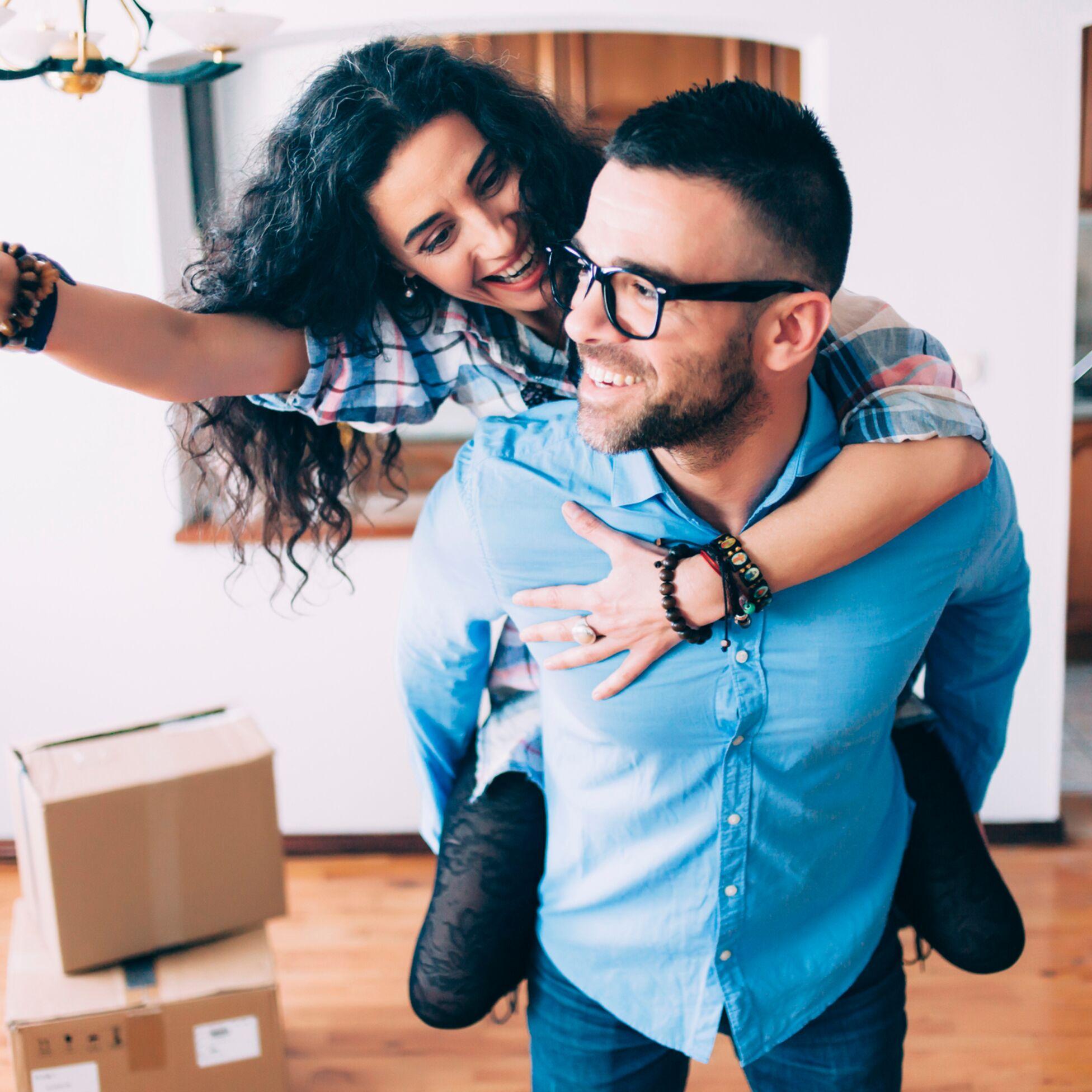 Junges Paar nach dem Einzug in die neue Wohnung