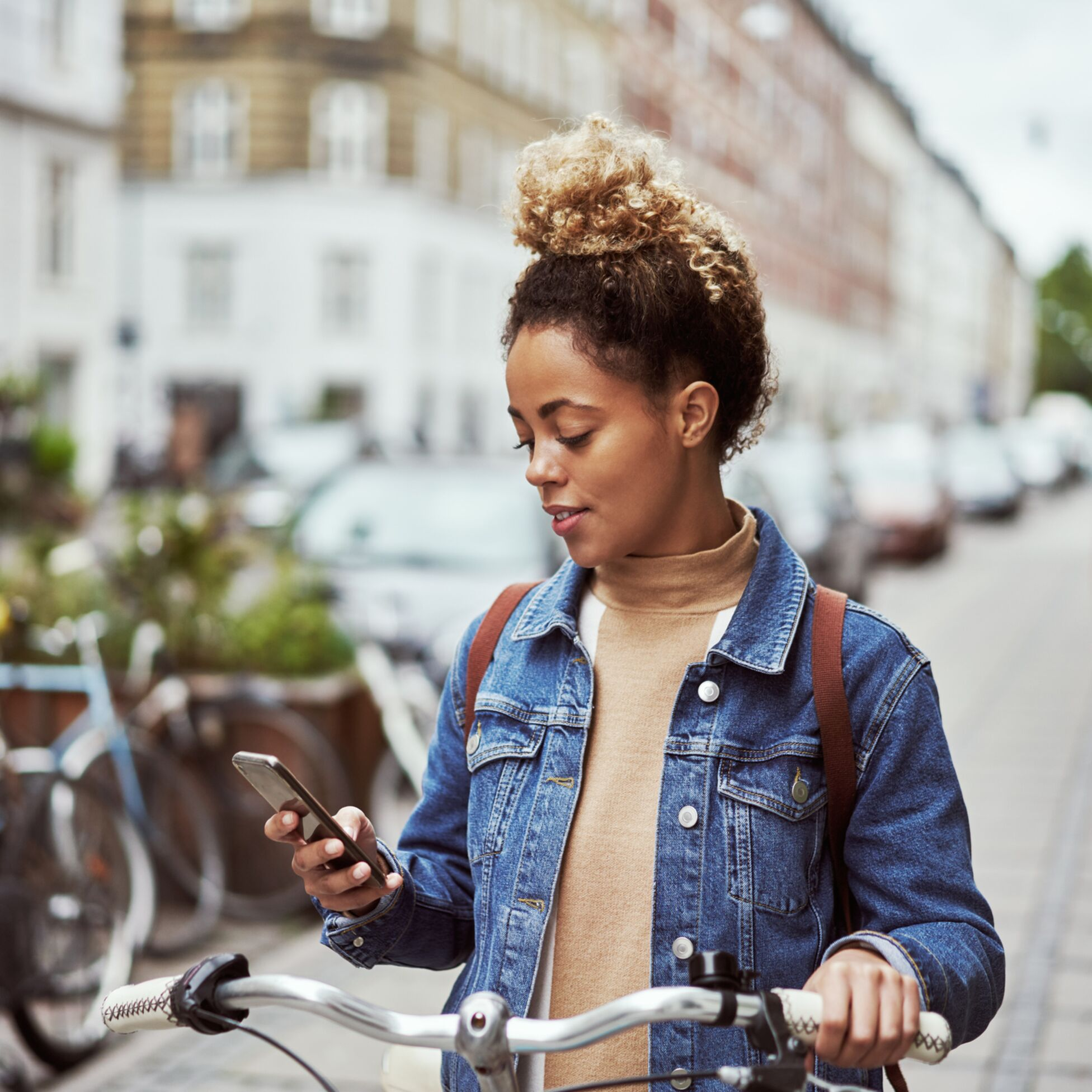 Frau mit Fahrrad in der Stadt