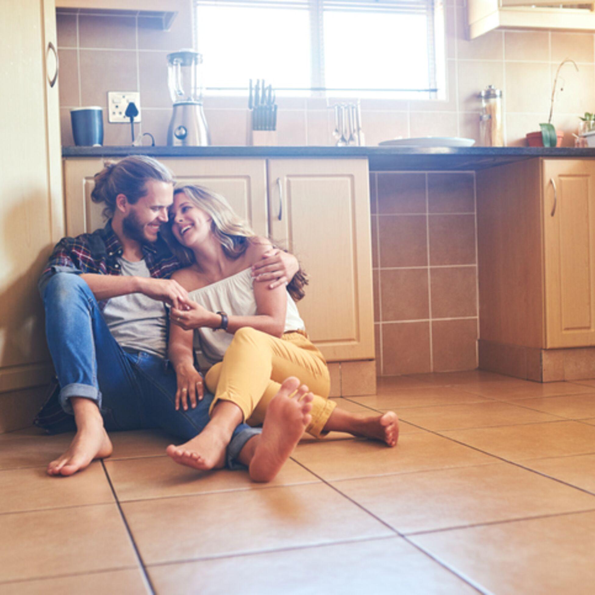Paar auf Boden mit Fußbodenheizung