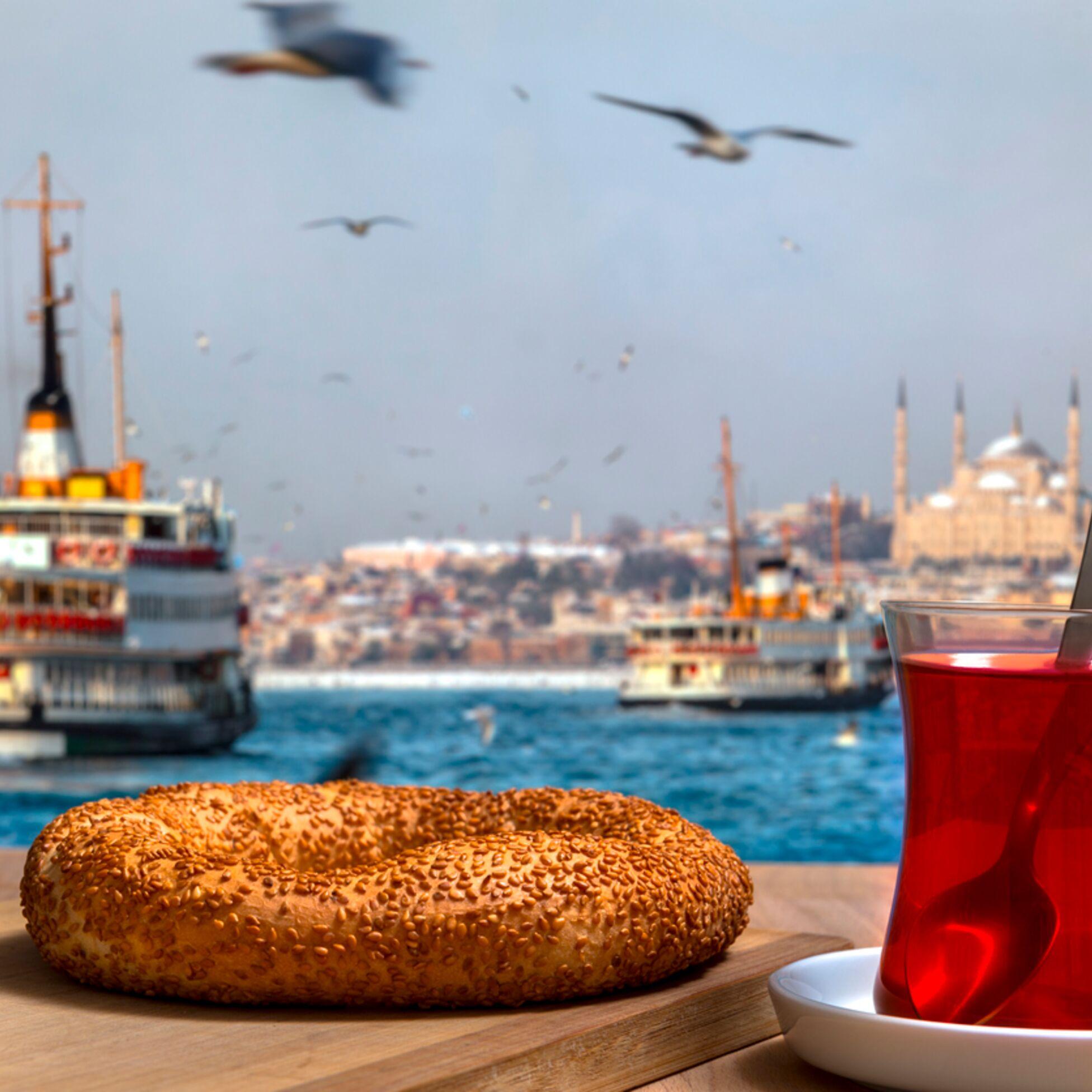 Auswandern in die Türkei: Tee und Gebäck in Istanbul